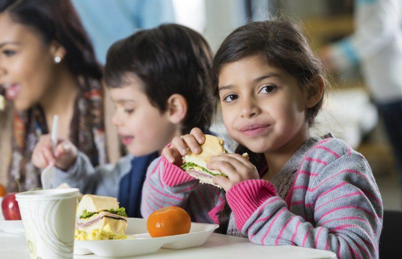 ילדים בני נוער תזונה ומה שביניהם